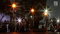 Warga menggunakan teleskop untuk melihat gerhana bulan sebagian (parsial) di Taman Ismail Marzuki, Jakarta, Rabu (17/7/2019) dini hari. Gerhana bulan terakhir dalam tahun 2019 ini merupakan fenomena jenis gerhana bulan parsial, karena masih ada yang tampak sebagian. (Liputan6.com/Johan Tallo)