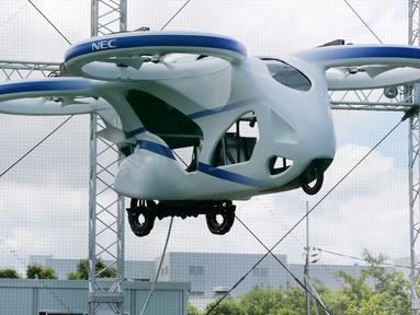 Mobil terbang NEC berhasil melayang saat penerbangan uji coba di fasilitas produsen elektronik Jepang, NEC Corp di Abiko, pinggiran Tokyo, Senin (5/8/2019). Mobil terbang yang serupa drone raksasa dan memiliki empat baling-baling ini melayang dengan mantap sekitar satu menit. (AP/Koji Sasahara)