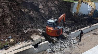 Proses Evakuasi Mobil Tertimbun Longsor di Underpass Bandara Soetta