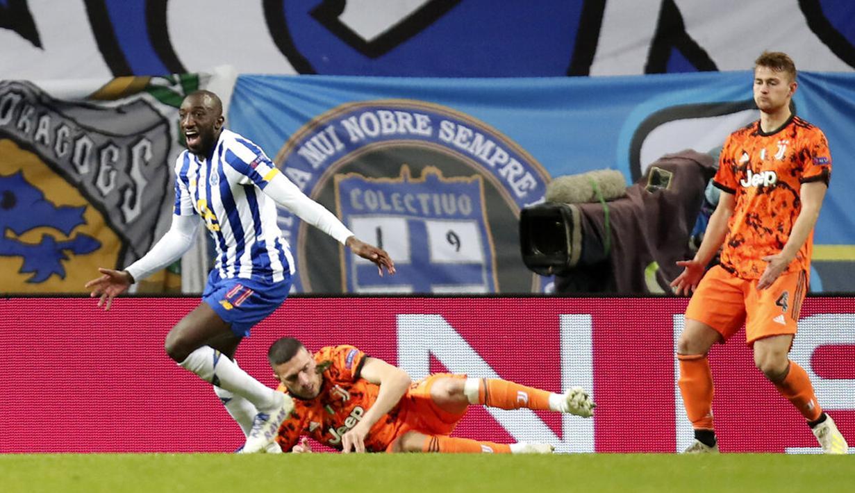Pemain FC Porto Moussa Marega (kiri) melakukan selebrasi  usai mencetak gol ke gawang Juventus pada leg pertama babak 16 besar Liga Champions di Stadion Dragao, Porto, Portugal, Rabu (17/2/2021). FC Porto menang 2-1. (AP Photo/Luis Vieira)