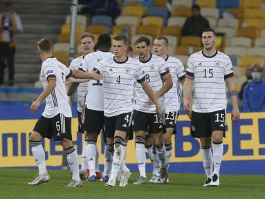 Para pemain Jerman merayakan gol kedua yang dicetak gelandang Leon Goretzka ke gawang Ukraina pada pertandingan  UEFA Nations League di Stadion Olimpiyskiy di Kyiv, Ukraina, Sabtu (10/10/2020). Jerman menang 2-1 atas Ukraina. (AP Photo/Efrem Lukatsky)