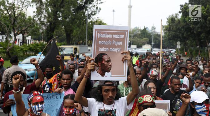 Mahasiswa Papua yang tergabung dalam Aliansi Mahasiswa Anti Rasisme, Kapitalisme, Kolonialisme, dan Militerisme berunjuk rasa di depan Istana Merdeka, Jakarta, Rabu (28/8/2019). Mahasiswa berkali-kali berteriak Papua Merdeka dan menyanyikan lagu Bintang Kejora. (Liputan6.com/Angga Yuniar)
