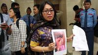 Direktur LBH APIK Ratna Bantara Mukti menunjukan bukti dan surat laporan kepada Mahkamah Kehormatan Dewan (MKD) DPR, Jakarta, (2/2). LBH APIK meminta MKD memberi sanksi setimpal ke Masinton. Meski ada dua versi cerita berbeda. (Liputan6.com/JohanTallo)