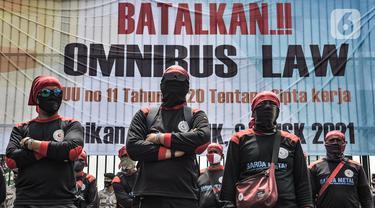 Massa buruh dari berbagai serikat pekerja menggelar aksi di depan Gedung DPR RI, Jakarta, Senin (9/11/2020). Dalam aksinya massa buruh menuntut dibatalkannya UU No.21 Tahun 2020 tentang Cipta Kerja melalui mekanisme legislatif review dan kenaikan upah minimum 2021. (merdeka.com/Iqbal S. Nugroho)
