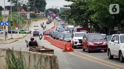 Kemacetan kendaraan saat melintasi Jalan Raya Sawangan di Depok, Jawa Barat, Sabtu (28/11/2020). Pelaksanaan pembebasan lahan dan pembangunan jalan nasional tersebut akan dikerjakan Kementerian Pekerjaan Umum dan Perumahan Rakyat (PUPR). (Liputan6.com/Immanuel Antonius)