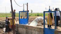 Pompa air untuk mengalirkan air di lahan rawa lebak Desa Jejangkit.