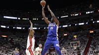 Aksi Joel Embiid melepaskan tembakan saat Sixers melawan Heat pada gim ketiga play-off NBA (AP)