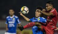 Gelandang Persib Bandung, Oh In-kyun, berebut bola dengan gelandang Persija Jakarta, Ramdani Lestaluhu, pada laga Liga 1 di Stadion PTIK, Jakarta, Sabtu (30/6/2018). (Bola.com/Vitalis Yogi Trisna)