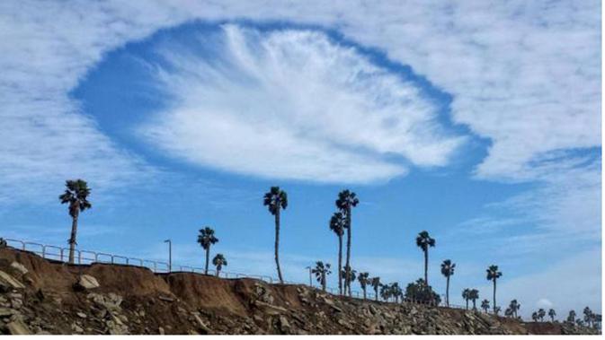Awan Super Aneh Berbentuk Kapal UFO Terlihat di Langit California (videograb)