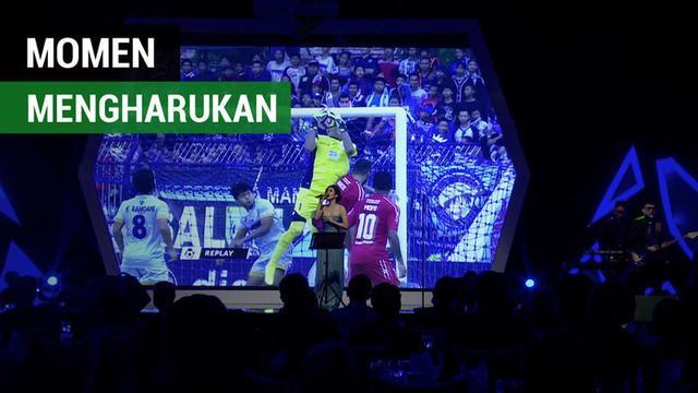 Berita video momen paling mengharukan pada malam penghargaan Liga 1 2017 yaitu saat almarhum kiper Persela Lamongan, Choirul Huda, mendapat Lifetime Achievement Award.