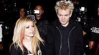 Kejadian yang menimpa vokalis SUM 41, Derryck Whibley ternyata menyentuh hati Avril Lavigne yang tak lain adalah mantan istrinya.