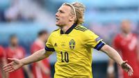 Swedia langsung unggul di awal laga tepatnya di menit ke-2 lewat gelandang Emil Forsberg yang melewati penjagaan Kamil Glik lalu melepaskan sepakan ke pojok kiri gawang Polandia. Swedia unggul 1-0. (Foto: AP/Pool/Kirill Kudyravtsev)