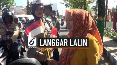 Satuan Lalu Lintas Polres Sumenep, Madura, Jawa Timur, Rabu (14/8/2019) memberikan sanksi cukup unik kepada sejumlah pengendara yang melanggar ketentuan lalu lintas dengan sanksi menyanyikan lagu nasional.