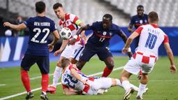 Gelandang Prancis, Moussa Sissoko, berebut bola dengan pemain Kroasia pada laga UEFA Nations League di Stade de France, Prancis, Rabu (9/9/2020) dini hari WIB. Prancis menang 4-2 atas Kroasia. (AFP/Franck Fife)