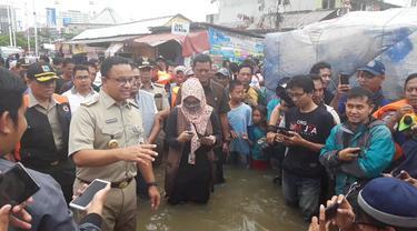 Anies Baswedan meninjau korban banjir Jakarta.