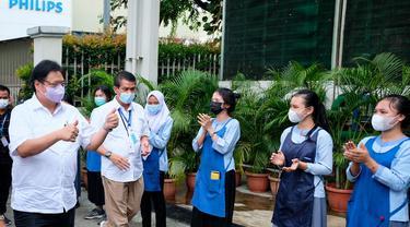 Menko Perekonomian Airlangga Hartarto meninjau pelaksanaan vaksinasi di Batam