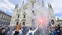 Ratusan fans Inter Milan turun ke jalan rayakan pesta juara Liga Italia Serie A. (Claudio Furlan/LaPresse via AP)