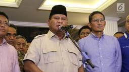 Capres nomor urut 02 Prabowo Subianto (tengah) didampingi cawapres Sandiaga Uno (kanan) saat memberi ketarangan terkait hasil putusan Mahkamah Konstitusi (MK) di Jakarta, Kamis (27/6/2019). Prabowo dan Sandiaga menyatakan menerima putusan MK terkait sengketa Pilpres 2019. (Liputan6.com/Angga Yuniar)