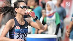 Pelari putri melintasi Jalan MH Thamrin saat mengikuti lari maraton putri nomor 42 kilometer Asian Games 2018, Jakarta, (26/8). Maraton ini dimulai dari Stadion GBK-Simpang Mangga Besar-Bundaran Senayan dan kembali ke GBK. (Merdeka.com/Iqbal S. Nugroho)