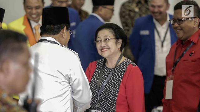 Senyum Ketua Umum PDI Perjuangan Megawati Soekarnoputri saat menyalami Ketua Umum Gerindra Prabowo Subianto di Ruang Sidang Utama KPU, Jakarta, Minggu (18/2). PDIP mendapat nomor urut tiga dalam Pemilu 2019. (Liputan6.com/Faizal Fanani)