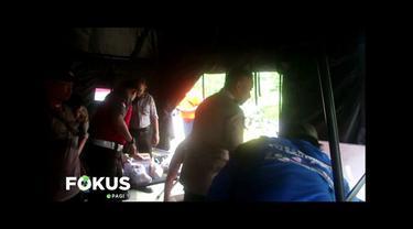 Posko pengamanan Polresta Samarinda memberikan bantuan pangan untuk korban banjir di Simpang 3 Alaya, Samarinda.