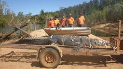 Seekor buaya air asin raksasa berhasil ditangkap setelah diburu selama delapan tahun di Kota Katherine, Australia, Senin (9/7). Buaya itu akan dibawa ke peternakan buaya, dijauhkan dari populasi masyarakat. (Facebook/Northern Territory Parks and Wildlife)