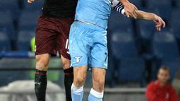 Gelandang AC Milan, Fabio Borini berebut bola udara dengan pemain Lazio, Adam Marusic selama pertandingan Liga Serie A Italia di stadion Olimpiade Roma (25/11). AC Milan dan Lazio bermain imbang 1-1. (AP Photo/Gregorio Borgia)