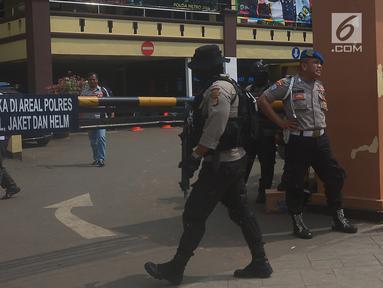 Sejumlah polisi berjaga di depan pintu masuk Polres Jakarta Timur, Rabu (16/5). Pengamanan markas tersebut di perketat menyusul adanya penyerangan Mapolda Riau pada Rabu pagi. (Merdeka.com/Imam Buhori)
