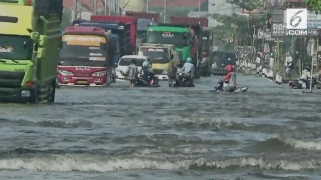 Banjir masih menggenangi kawasan pantai utara Jawa. Setelah kawasan Semarang kini banjir meluas hingga ke Kabupaten Demak.