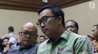 Menpora Imam Nahrawi (kanan) jelang memberi kesaksian pada sidang lanjutan suap dana hibah untuk KONI dengan terdakwa Deputi IV Bidang Peningkatan Prestasi Kemenpora, Mulyana serta Adhi Purnomo dan Eko Triyanta di Pengadilan Tipikor, Jakarta, Kamis (4/7/2019). (Liputan6.com/Helmi Fithriansyah)