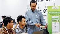 Arif Susilo (berdiri, paling kanan) CEO ManyOption bersama timnya di kantor.  foto: istimewa