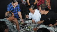 Sebagai bentuk Apresiasi kedatangan jokowi dirumahnya, Iwan Fals sekaligus menyuguhkan beragam hidangan makanan khusus jokowi dan tamu lainnya (Liputan6.com/Herman Zakharia)