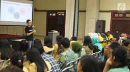 Head of Product BBM Ifnu Bima menjadi pembicara dalam Emtek Goes To Campus di Universitas Gajah Mada, Yogyakarta, Selasa (16/10). EGTC juga menghadirkan kompetisi news presenter, inspiring sharing dan entertainment talk. (Liputan6.com/Herman Zakharia)