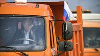 Vladimir Putin mengendarai truk dalam peresmian jembatan kontroversial yang menghubungkan Rusia selatan dengan semenanjung Crimea. (AP)