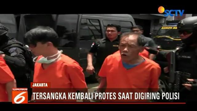 Tiba di Mapolres Bandara dengan sabu bawaannya, para tersangka mengenakan seragam tahanan dengan tangan terborgol. Dua di antara mereka bahkan ada yang melayangkan protes kepada polisi.