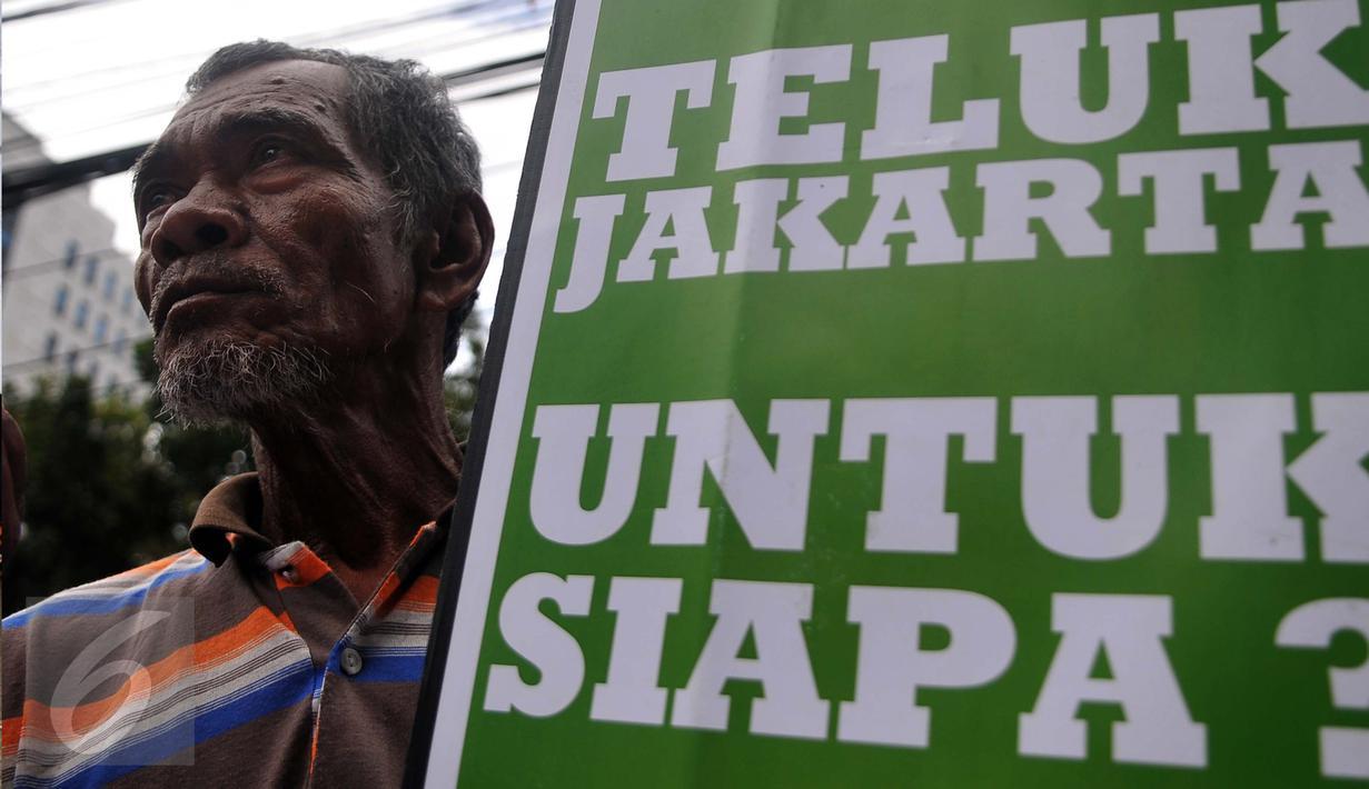 Seorang Nelayan saat mengelar demo menolak reklamasi teluk Jakarta di depan kantor DPRD DKI Jakarta, Selasa (1/3). Mereka menyampaikan kekhawatirannya terhadap reklamasi yang bisa menyulitkan mencari ikan. (Liputan6.com/Gempur M Surya)