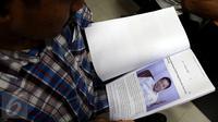 Koordinator Masyarakat Anti Korupsi Indonesia (MAKI) Boyamin Saiman (kanan) menyerahkan laporan ke Mahkamah Kehormatan Dewan (MKD) DPR, Jakarta, Kamis (16/3). Ketua DPR Setya Novanto dilaporkan terkait kasus korupsi e-KTP. (Liputan6.com/Johan Tallo)