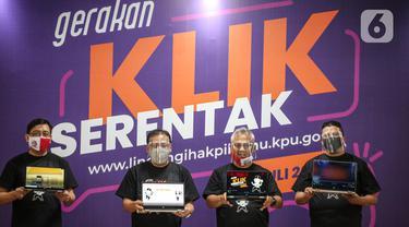 Ketua KPU Arief Budiman (kedua kanan) bersama Ketua Bawaslu, Abhan (kanan) dan Ketua DKPP Muhammad dalam acara peluncuran Gerakan Klik Serentak (GKS) di kantor KPU, Jakarta, Rabu (15/7/2020). GKS ini untuk meningkatkan kualitas daftar pemilih Pemilihan Serentak 2020. (Liputan6.com/Faizal Fanani)