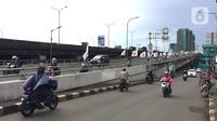 Pengendara sepeda motor melawan arus lalu lintas di sekitar flyover Tanjung Barat, Jakarta, Senin (17/2/2020). Pengendara sepeda motor nekat melawan arus lalu lintas meski perilaku buruk tersebut membahayakan keselamatan. (Liputan6.com/Immanuel Antonius)