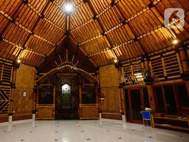 Interior Masjid yang terbuat dari bambu bernama Saka Buana di Kecamatan Kragilan, Kabupaten Serang, Banten, Rabu (20/5/2020). Masjid dengan luas bangunan 260 meter persegi itu disebut oleh Yayasan Bambu Indonesia sebagai masjid bambu terbesar se-Indonesia (merdeka.com/Imam Buhori)