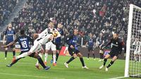 Striker Juventus, Mario Mandzukic, mencetak gol ke gawang Inter Milan pada laga Serie A di Stadion Allianz, Turin, Jumat (7/12). Juventus menang 1-0 atas Inter Milan. (AP/Andrea Di Marco)