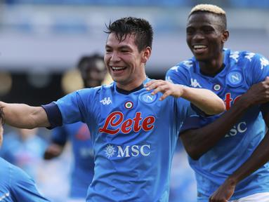 Gelandang Napoli, Hirving Lozano, merayakan gol yang dicetaknya ke gawang Atalanta pada laga lanjutan Liga Italia di Stadion San Paulo, Napoli, Sabtu (17/10/2020) malam WIB. Napoli menang 4-1 atas Atalanta.  (Alessandro Garofalo/LaPresse via AP)
