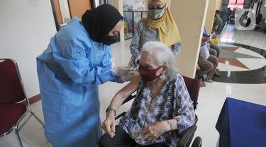 Warga Antre Vaksinasi di Kantor Kecamatan Cinere Depok