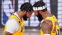 Pebasket Los Angeles Lakers, Anthony Davis dan Markieff Morris melakukan selebrasi saat melawan Miami Heat pada gim keempat final NBA di Lake Buena Vista, Rabu (7/10/2020). Lakers menang dengan skor 102-96. (AP Photo/Mark J. Terrill)