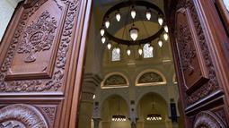 Penampakan daun pintu dan ruang dalam Masjid Ketchaoua atau Katsyawah yang berada di distrik Casbah, Aljir, Aljazair, Rabu (15/11). Masjid ini juga merupakan Situs Warisan Dunia. (AFP Photo/Ryad Kramdi)