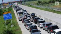 Sejumlah kendaraan antre menuju pintu keluar Tol Brebes Barat, Jawa Tengah, Sabtu (23/12). Untuk mengurangi kemacetan di pintu Tol Brebes Timur petugas mengalihkan arus lalu lintas keluar Tol Brebes Barat. (Liputan6.com/Helmi Fithriansyah)