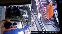 Cerobohnya orangtua melakukan selfie, balita jadi korban. (Sumber worldofbuzz.com)