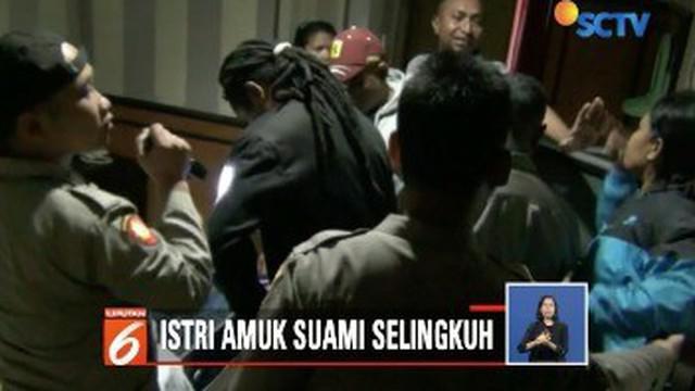 Seorang ibu di Timika, Papua, memergoki suaminya berduaan dengan seorang gadis di salah satu kamar hotel. Tak terima, sang istri melaporkan kejadian tersebut ke polisi.
