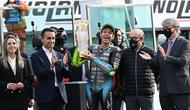 Pembalap Petronas Yamaha SRT, Valentino Rossi (tengah), mendapatkan penghargaan karir seumur hidup yang diserahkan oleh Menteri Luar Negeri Italia, Luigi Di Maio (kiri) setelah balapan MotoGP Emilia Romagna di sirkuit Misano, Minggu (24/10/2021). (ANDREAS SOLARO / AFP)
