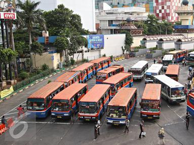 Angkutan umum menunggu penumpang di Terminal Blok M, Jakarta, Senin (11/4). Gubernur DKI Jakarta Basuki Tjahaja Purnama akan menindak tegas angkutan umum yang belum menurunkan tarifnya sesuai aturan yang berlaku. (Liputan6.com/Immanuel Antonius)